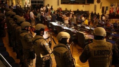 Armed soldiers enter El Salvador parliament