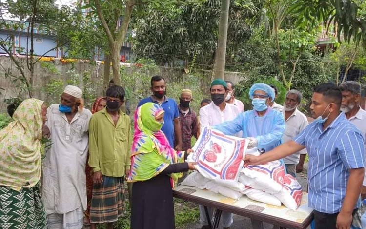 Distressed people get food items ahead of Eid