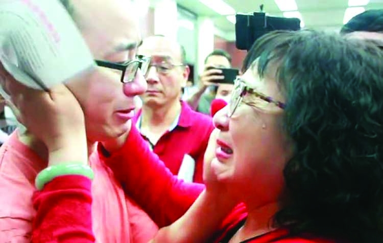 Mother visits hundreds of towns for abducted son, meets after 32 years