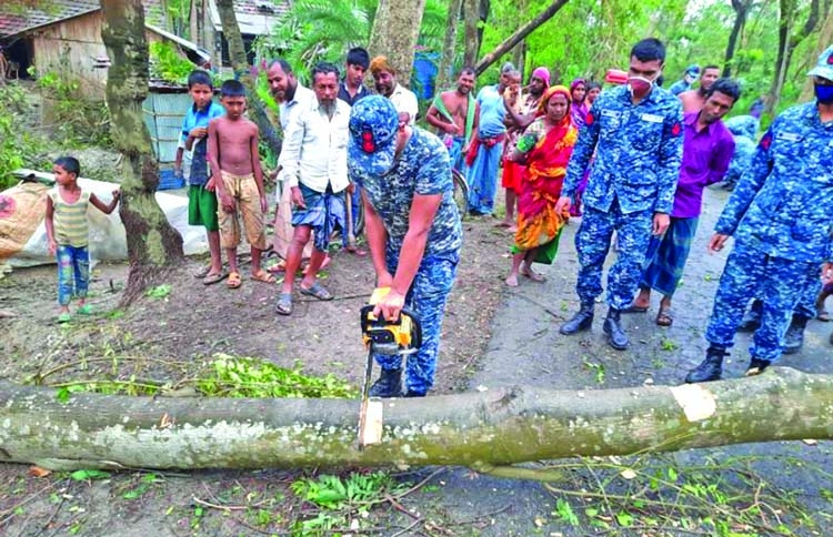 Armed forces aid people in cyclone-affected areas