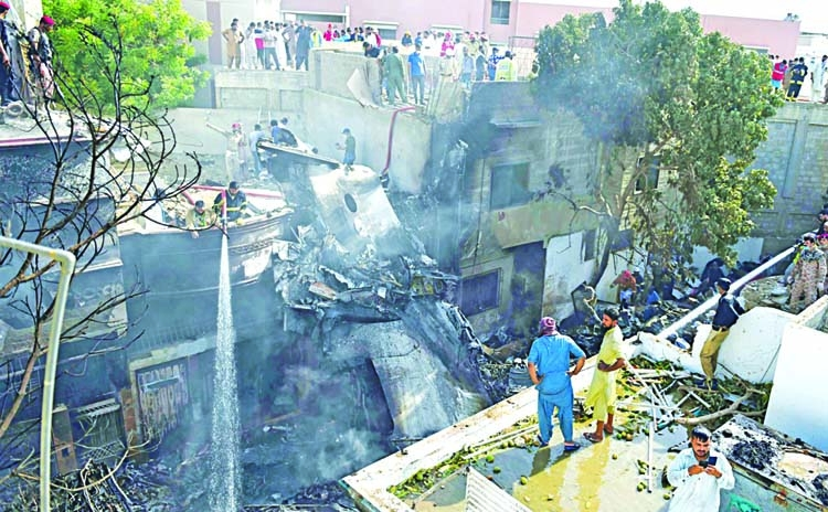 Dozens die as Pakistani jet hits homes in Karachi