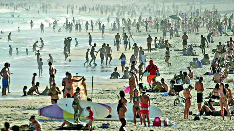 Brazilians flock to beaches despite wave of coronavirus infections