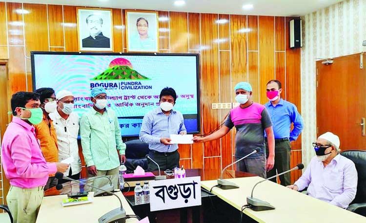 Journo, cultural activists get cash aid in Bogura