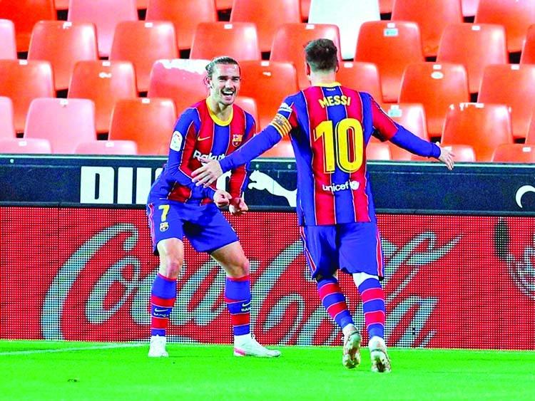 Messi brace keeps Barca title hopes alive