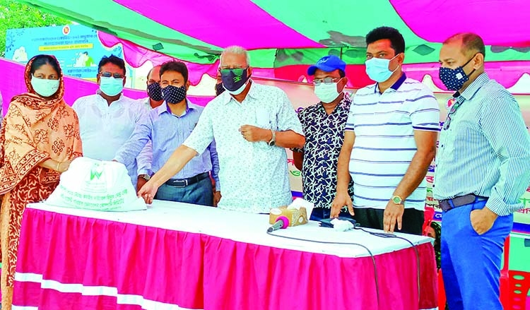 1,300 low-income people get food aid in Khulna