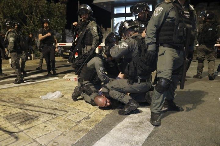 Dozens hurt in Jerusalem mosque clashes