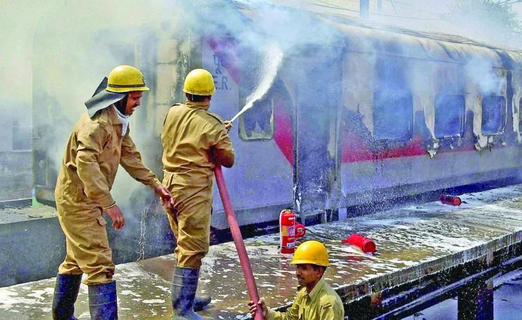 Twin blasts jolt Agra, Taj Mahal on high alert