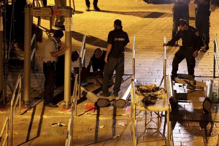 Israel removes holy site metal detectors