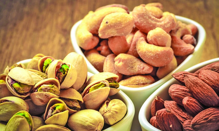 Eating nuts can help you  lose weight
