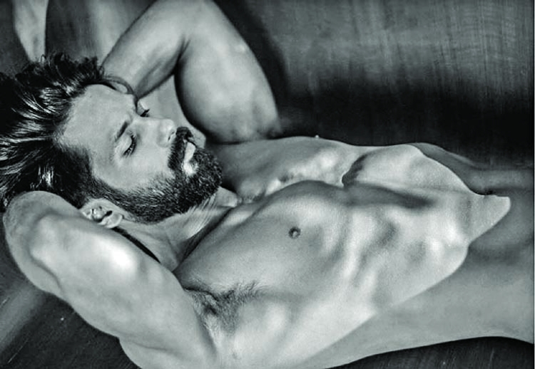 Shahid Kapoor sets Twitter ablaze with sexy picture