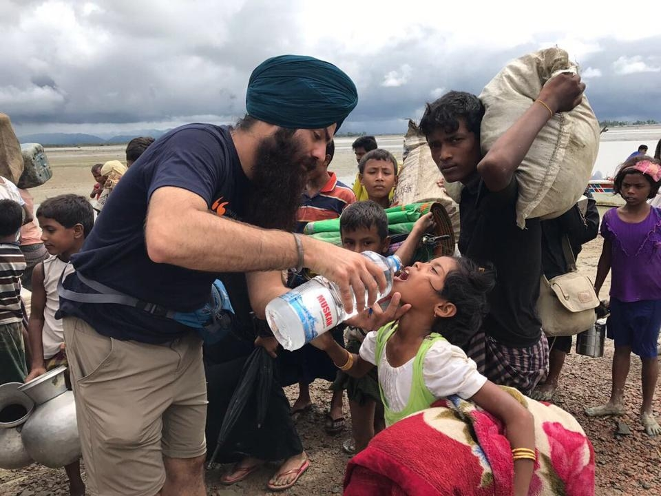 Sikh volunteers provide langar to Rohingya refugees