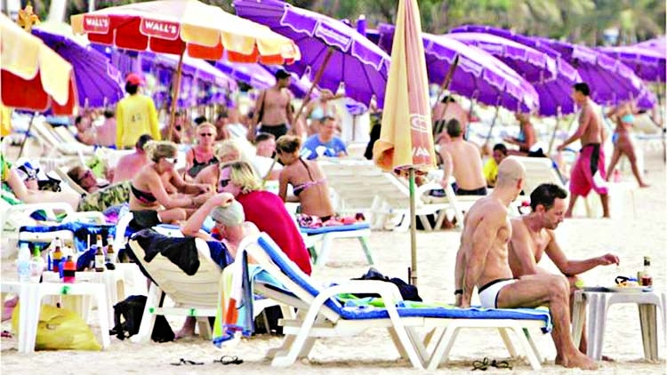 Thailand bans smoking on tourist beaches