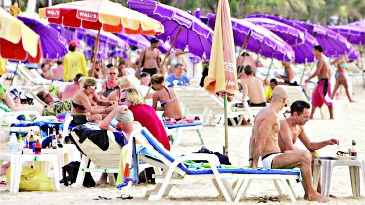 Thailand bans smoking on tourist beaches