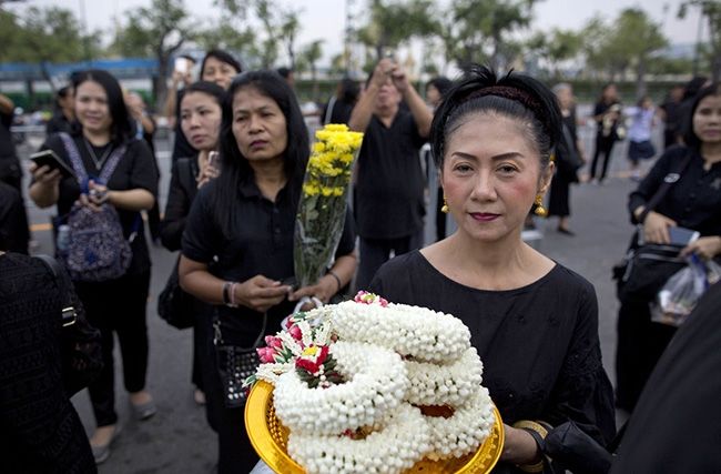 Thais mark 1 year since king's death with prayers, ceremony