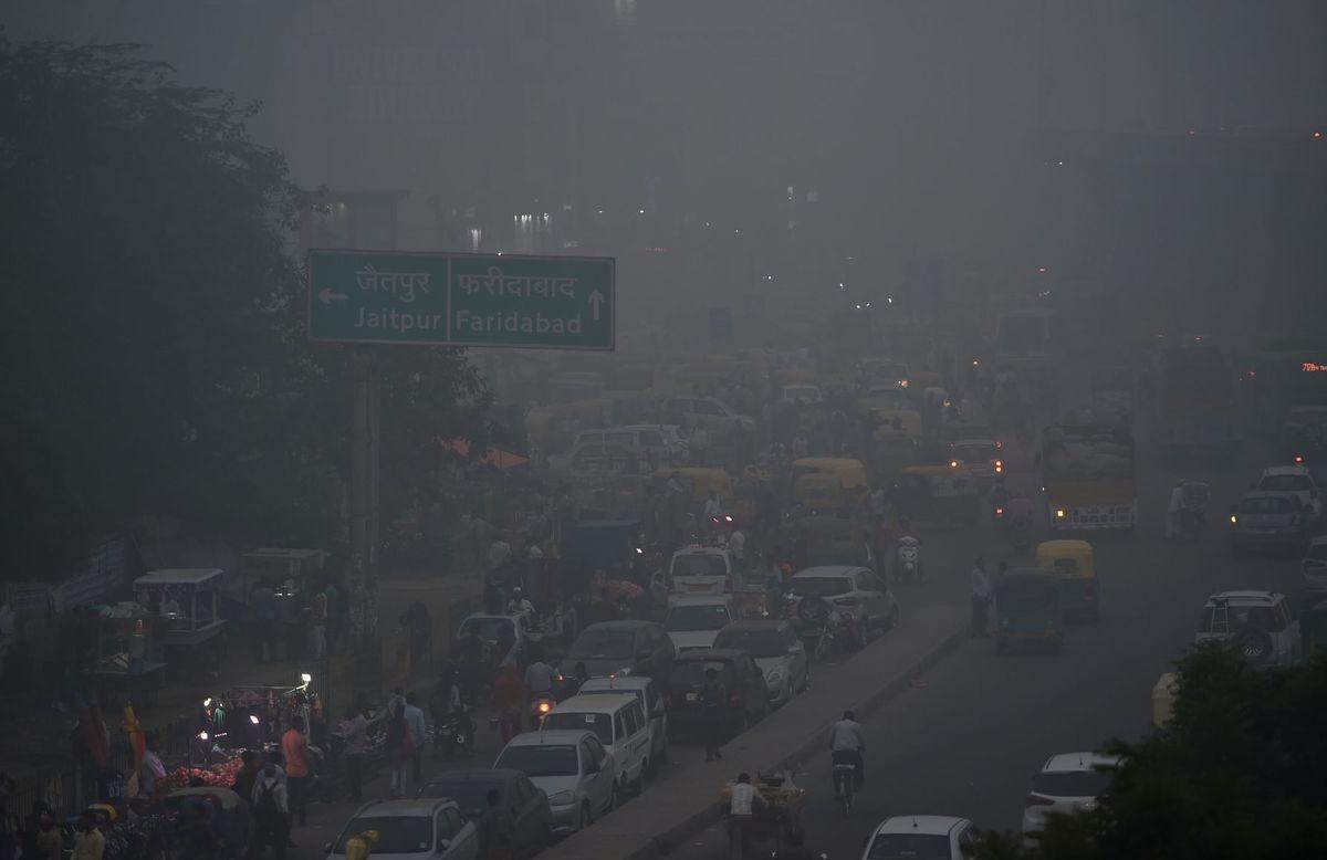 Smog continues  to choke Delhi