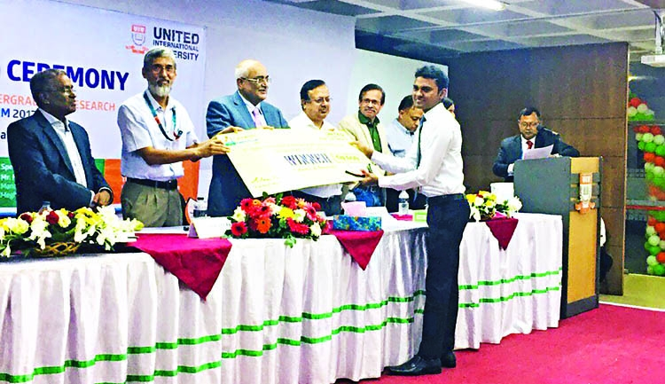 15 students get UIU research awards
