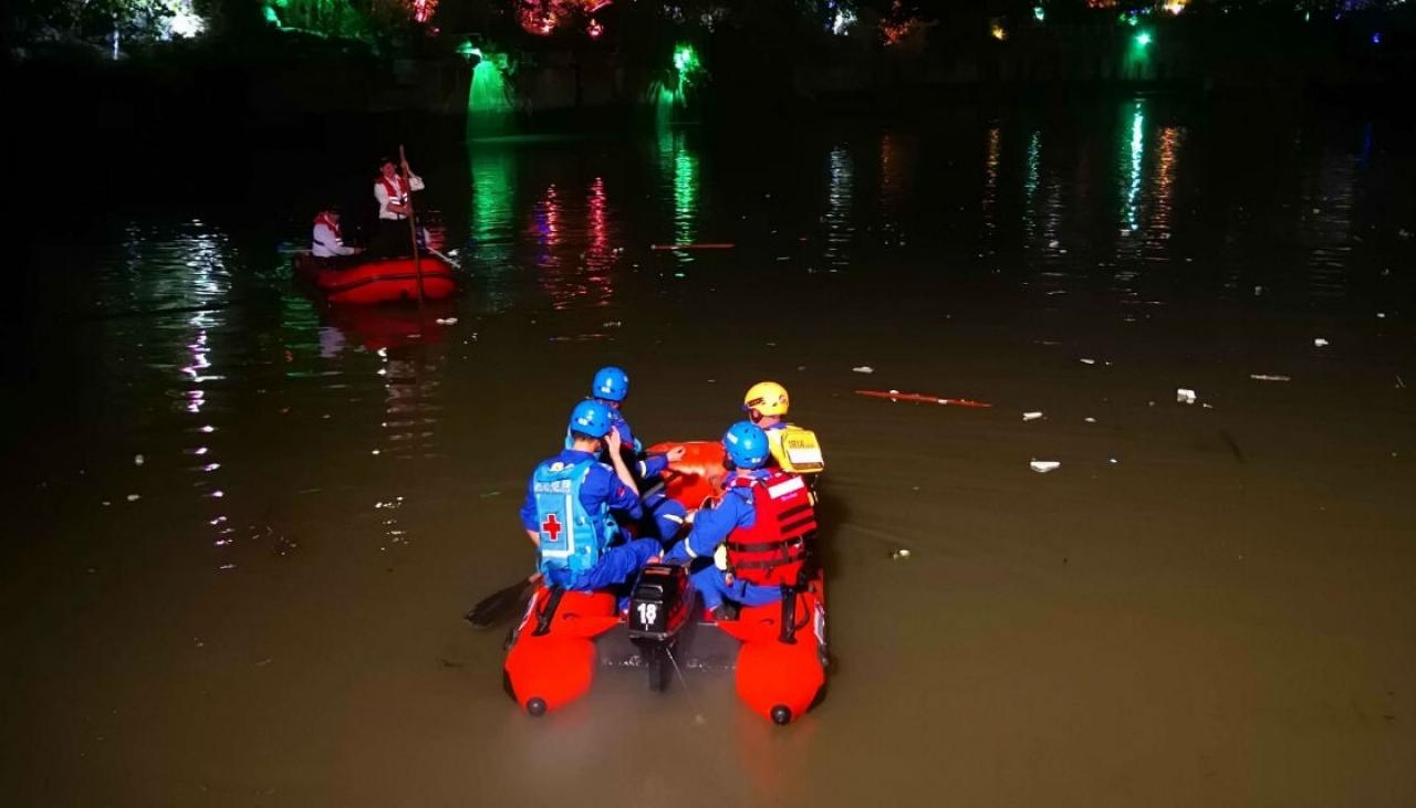 17 die as dragon boats capsize in China