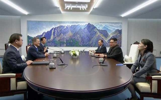 Leaders of rival Koreas at historic summit
