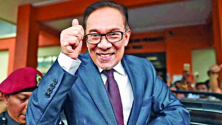 Anwar Ibrahim walks free