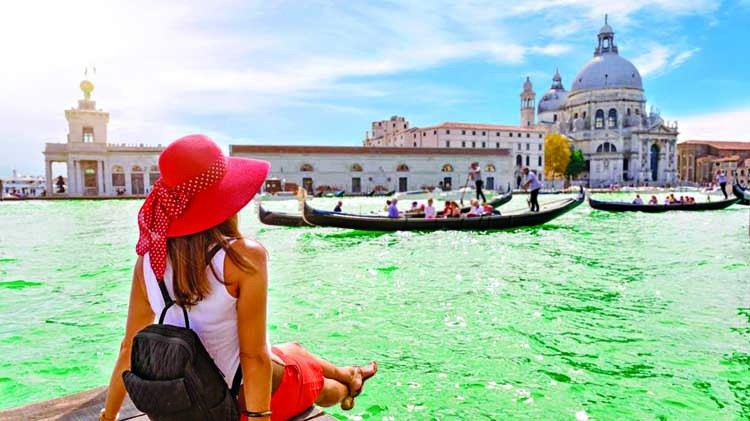 Tourists face €500 fine for sitting down in Venice