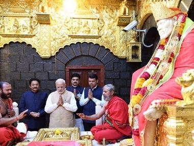 Modi offers prayers at Sai Baba temple