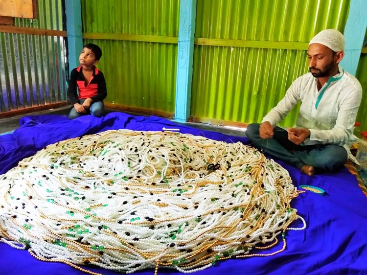 Youth makes a giant tasbih