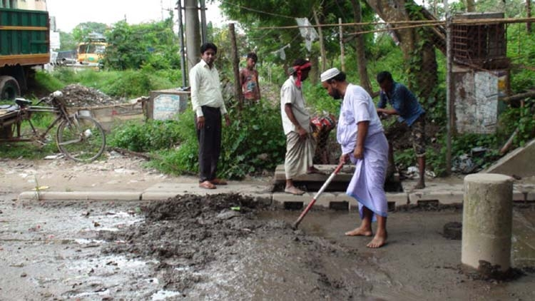 Ayub Ali sets an example in removing water logging