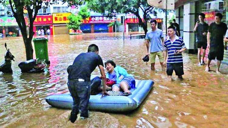 Thousands stranded after record downpour in China