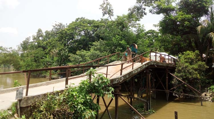 Bamna people cry for rebuilding of 15 risky bridges