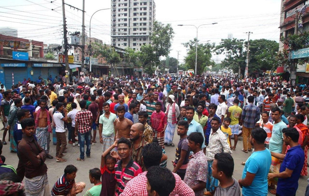 Rickshaw-pullers block road in Rampura protesting rickshaw ban