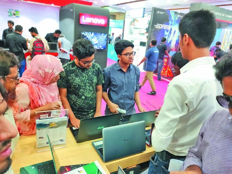 Laptop Fair gets momentum in drizzling weekend