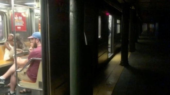 Power failure halts New York subway trains