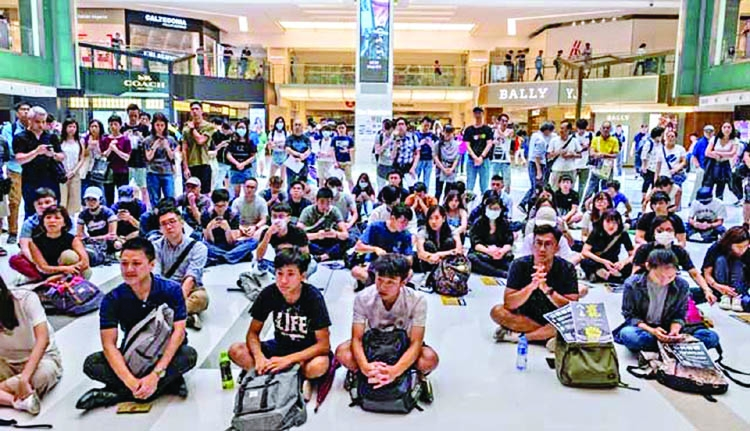 HK protesters descend on airport