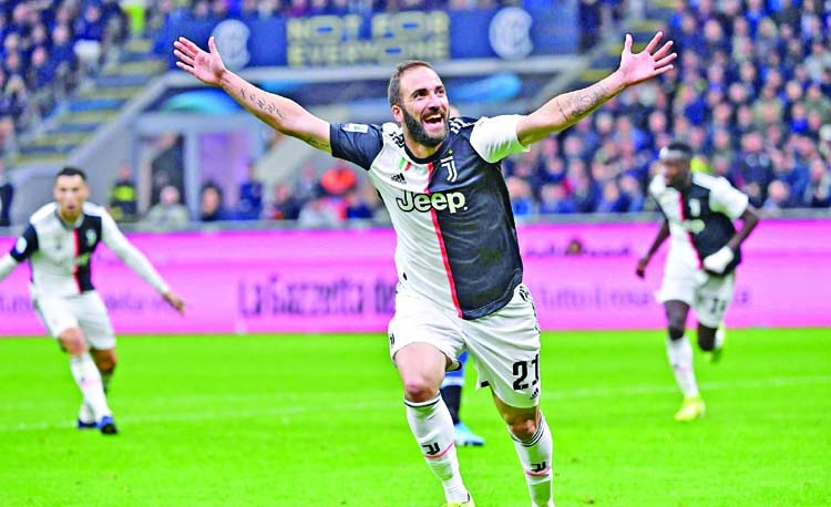 Late Higuain winner sends Juve top