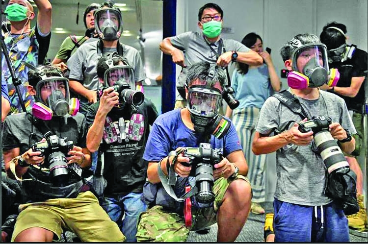 77 people held in HK for violating anti-mask law