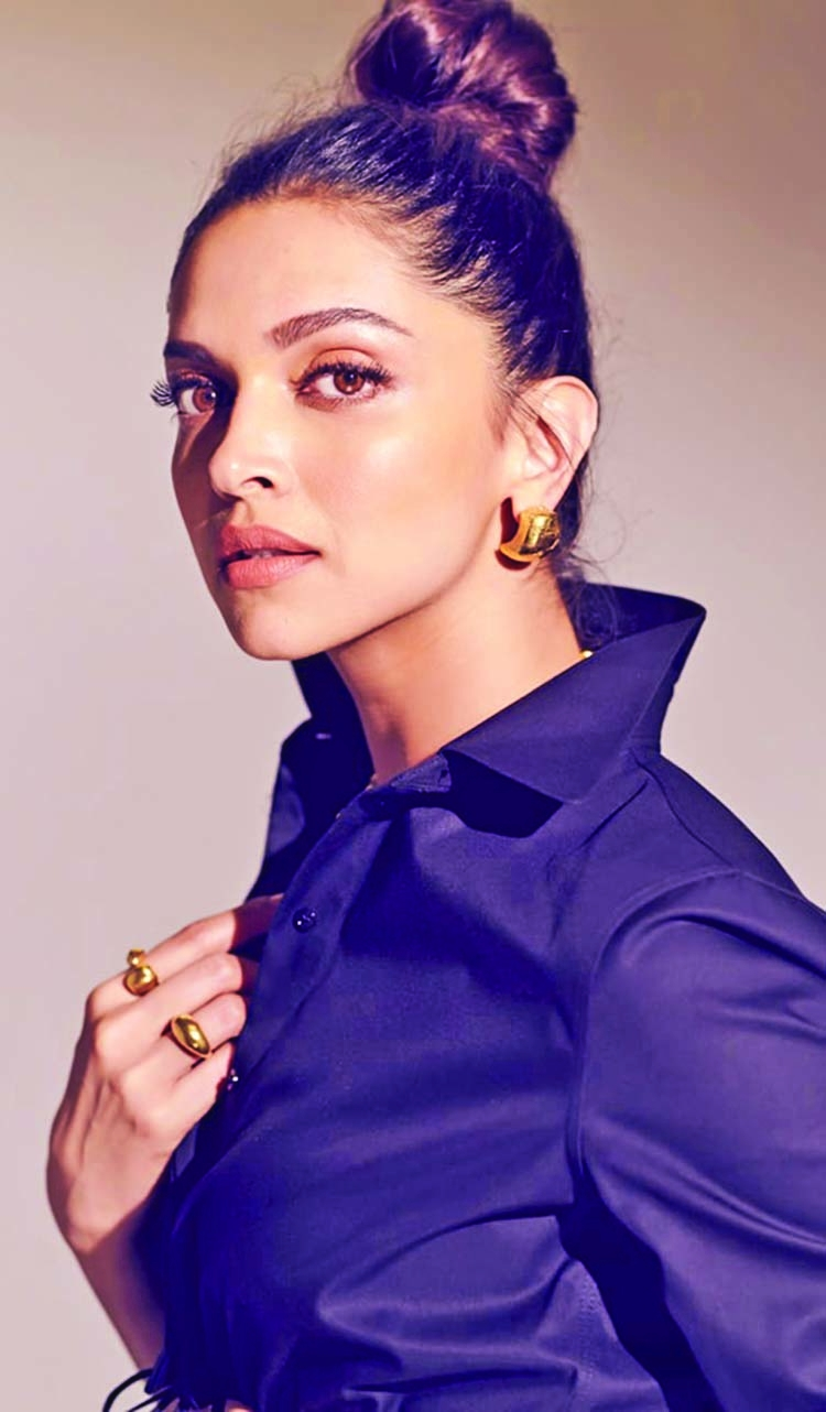 Deepika gushes over Anushka's all-white style