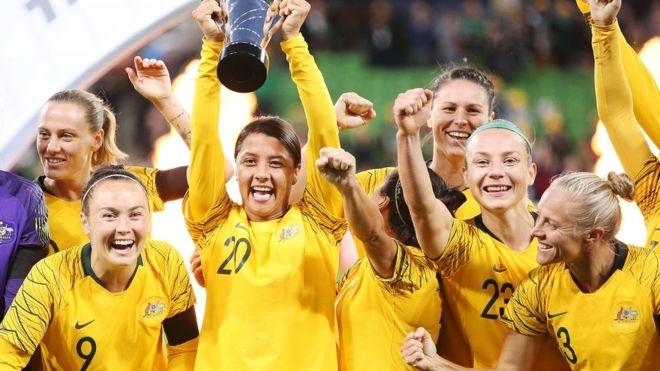 Australia women's footballers in landmark pay deal
