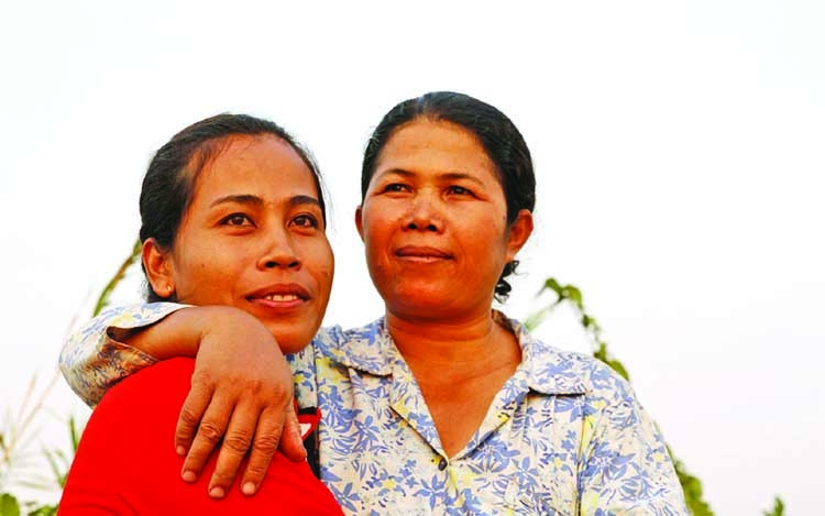 Men and women fight poverty together in Cambodia