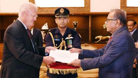 German, N Korean envoys present credentials to President