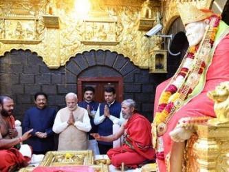 Modi offers prayers at Sai Baba temple