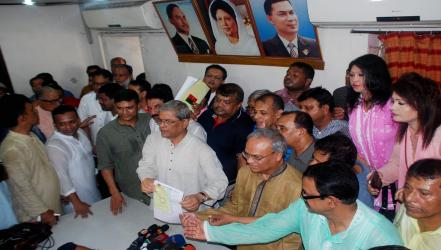 Overcrowded BNP office sells 1,336 nomination papers on first day