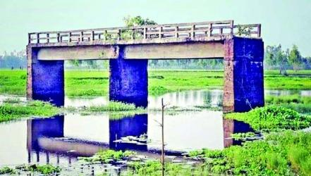 Bridge lies with no approach roads for 32 years