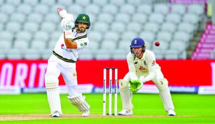 England restrict Pakistan at lunch on day two