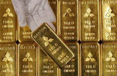 Gold hastens retreat, dips below $2,000 on firm dollar