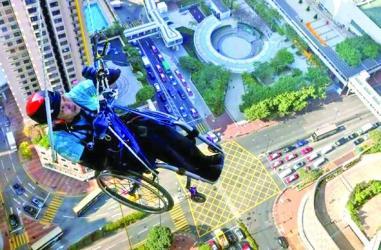 In wheelchair, paraplegic climbs up skyscraper