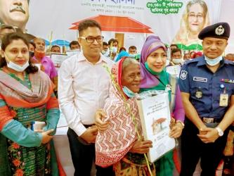 'Hasina brings smile on faces of homeless'